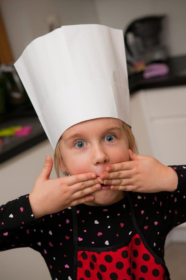 Menina como o retrato novo do cozinheiro chefe imagens de stock royalty free