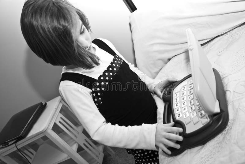 Menina/computador/preto e branco fotografia de stock royalty free