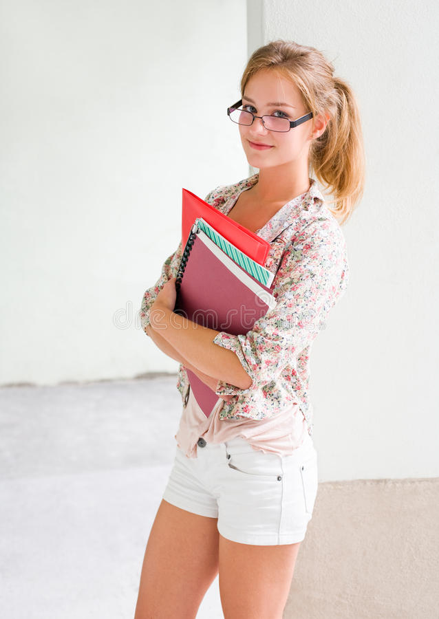 Menina confiável bonita do estudante. foto de stock