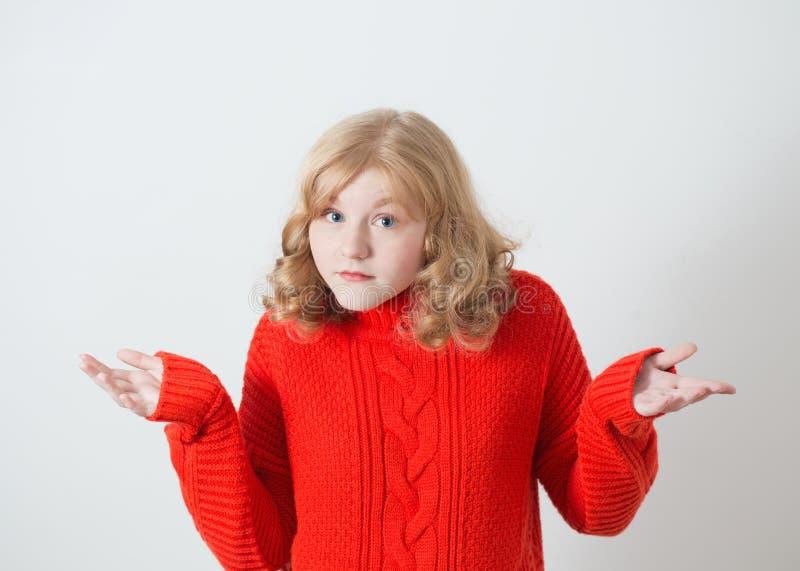 A menina confundida gerencie suas mãos foto de stock