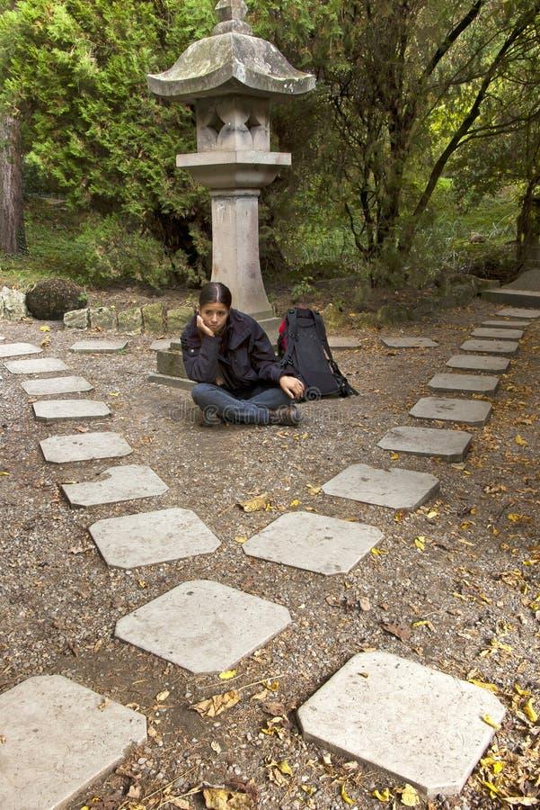 Menina confusa em estradas transversaas de uma pedra do quadrado imagens de stock royalty free