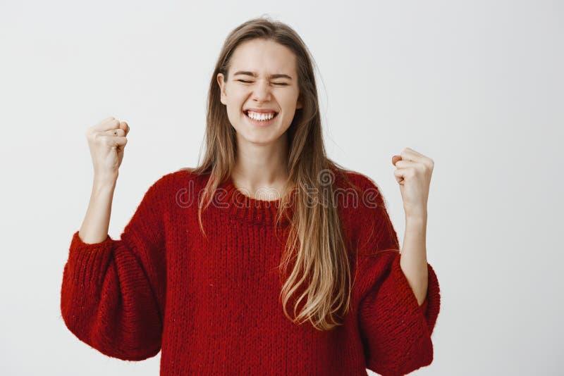 A menina conseguiu os objetivos, felizes ganhar finalmente a jovem mulher de triunfo Satisfied da competição na camiseta fraca ve imagem de stock