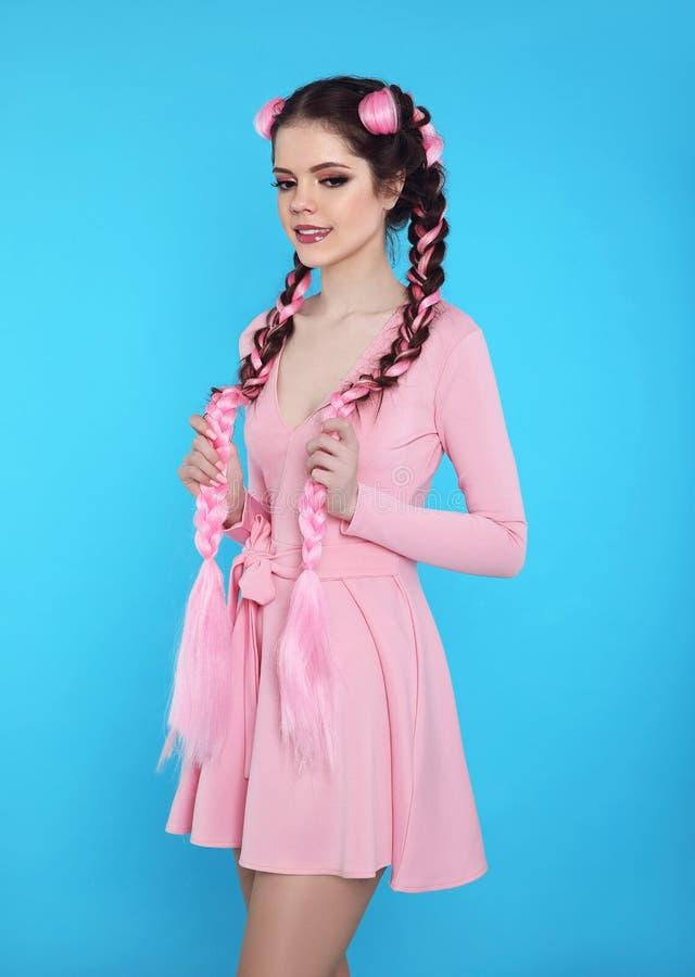Menina consideravelmente adolescente com as duas tranças francesas do kanekalon cor-de-rosa, fas imagem de stock royalty free