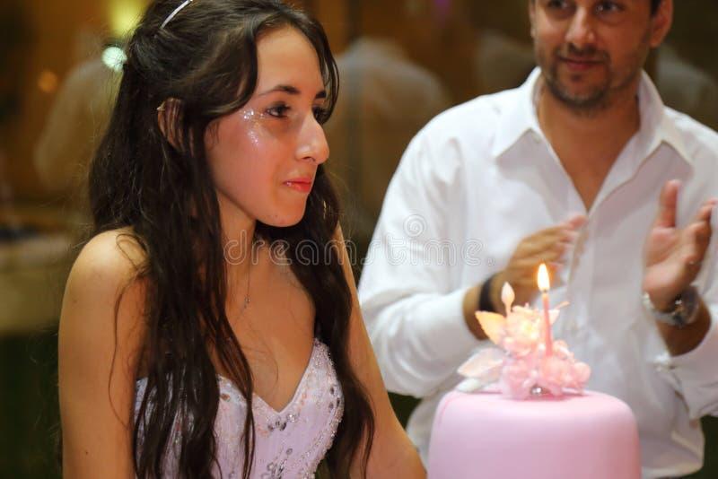Menina consideravelmente adolescente do aniversário do quinceanera que comemora no partido do rosa do vestido da princesa, celebr fotografia de stock royalty free
