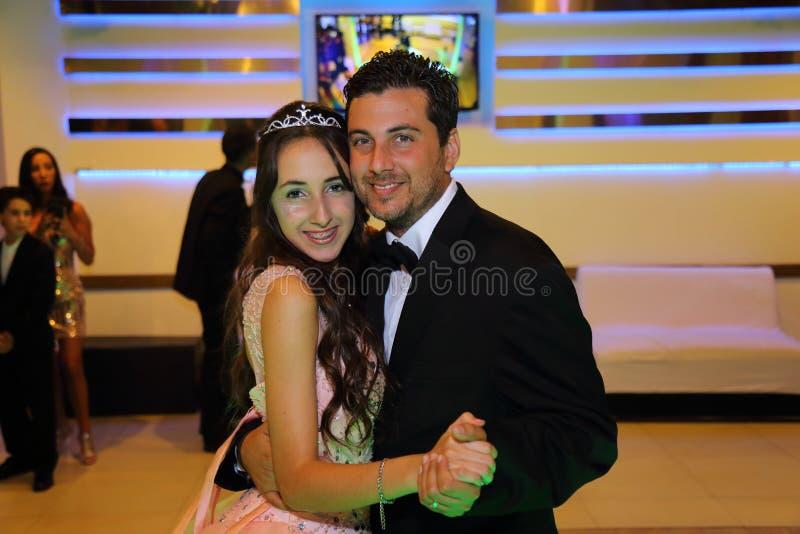 Menina consideravelmente adolescente do aniversário do quinceanera que comemora no partido do rosa do vestido da princesa, celebr imagens de stock royalty free