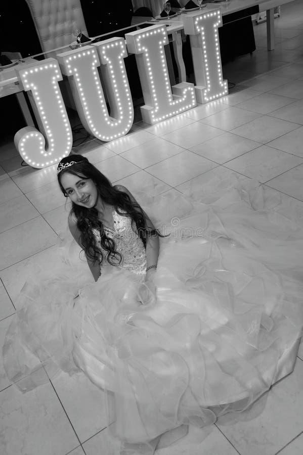 Menina consideravelmente adolescente do aniversário do quinceanera que comemora no partido do rosa do vestido da princesa, celebr foto de stock royalty free