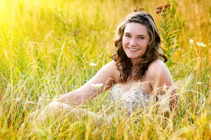 Menina consideravelmente adolescente no campo imagens de stock royalty free