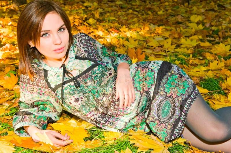 Menina consideravelmente caucasiano na floresta do outono foto de stock royalty free
