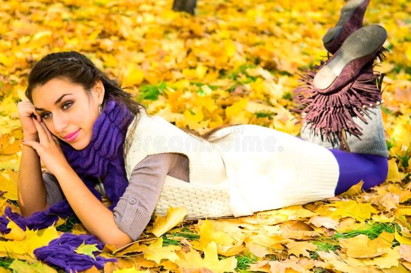 Menina consideravelmente caucasiano na floresta do outono fotografia de stock
