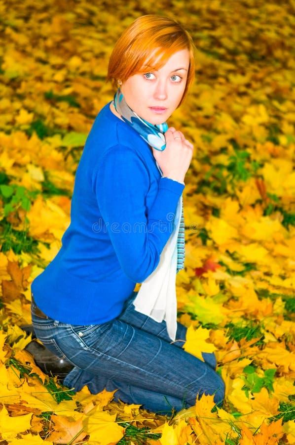 Menina consideravelmente caucasiano na floresta do outono imagens de stock