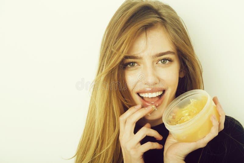 Menina consideravelmente feliz que põe o gel ou o bálsamo sobre os bordos 'sexy' imagem de stock