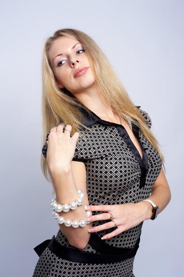 Menina consideravelmente loura com grânulos foto de stock royalty free