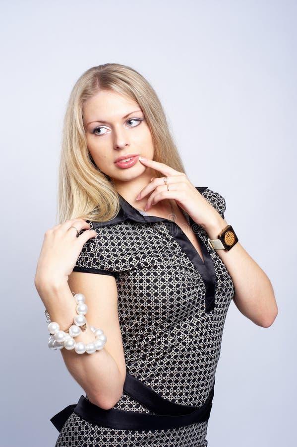 Menina consideravelmente loura com grânulos fotografia de stock royalty free