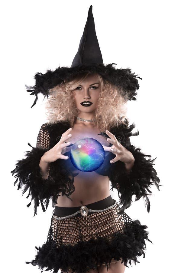 A menina consideravelmente loura vestiu-se acima como uma bruxa de Halloween fotografia de stock royalty free