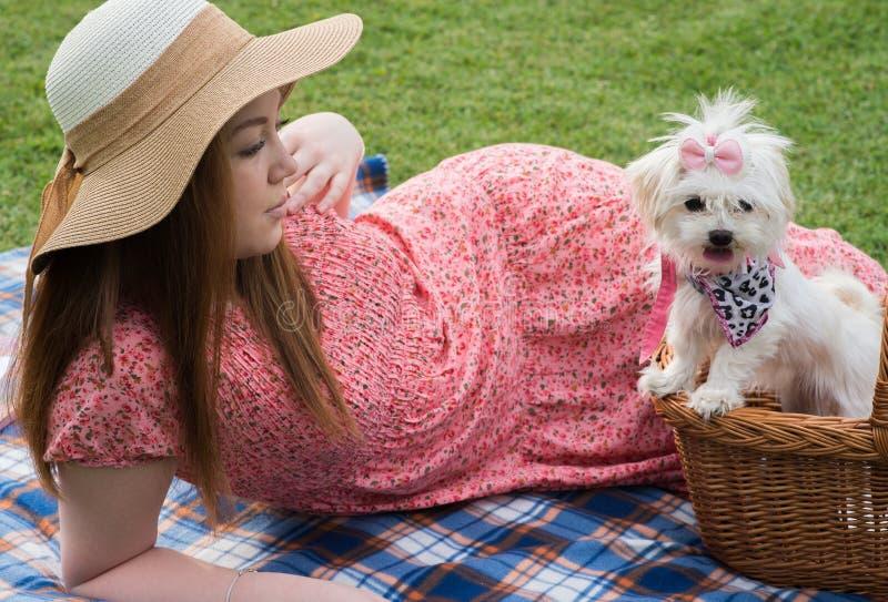 Menina consideravelmente romântica com cachorrinho maltês foto de stock