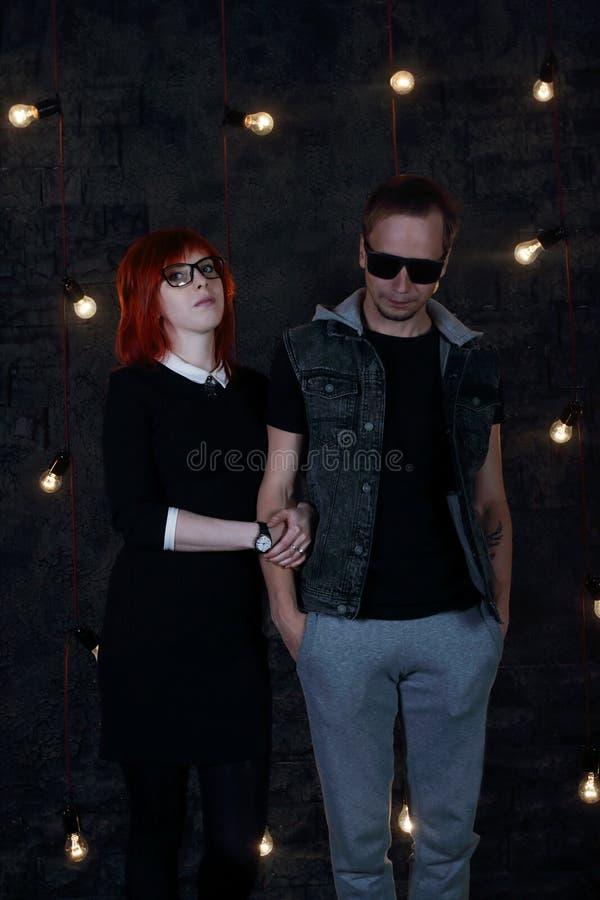 A menina consideravelmente vermelha do cabelo e o homem novo levantam junto imagem de stock