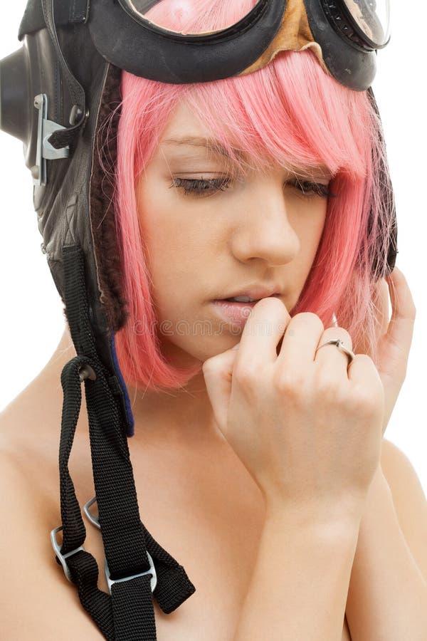 Menina cor-de-rosa do cabelo no capacete do aviador fotografia de stock