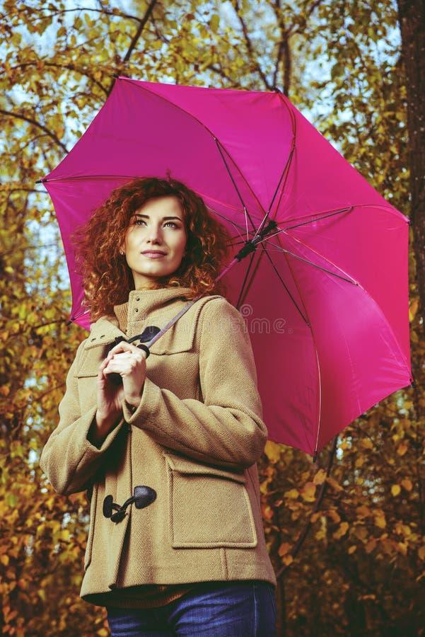 Menina cor-de-rosa do guarda-chuva foto de stock royalty free