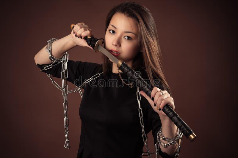 Menina coreana brutal com espada foto de stock