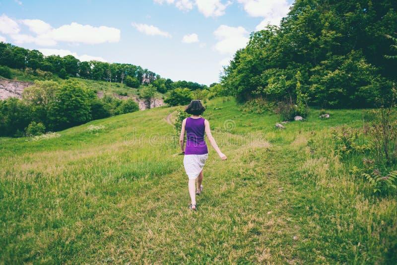 A menina corre através do campo foto de stock royalty free
