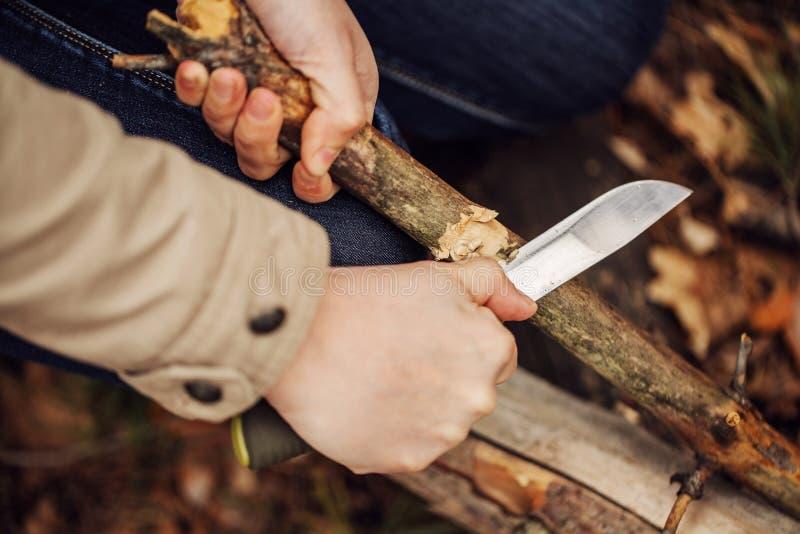 A menina corta uma vara uma faca imagens de stock