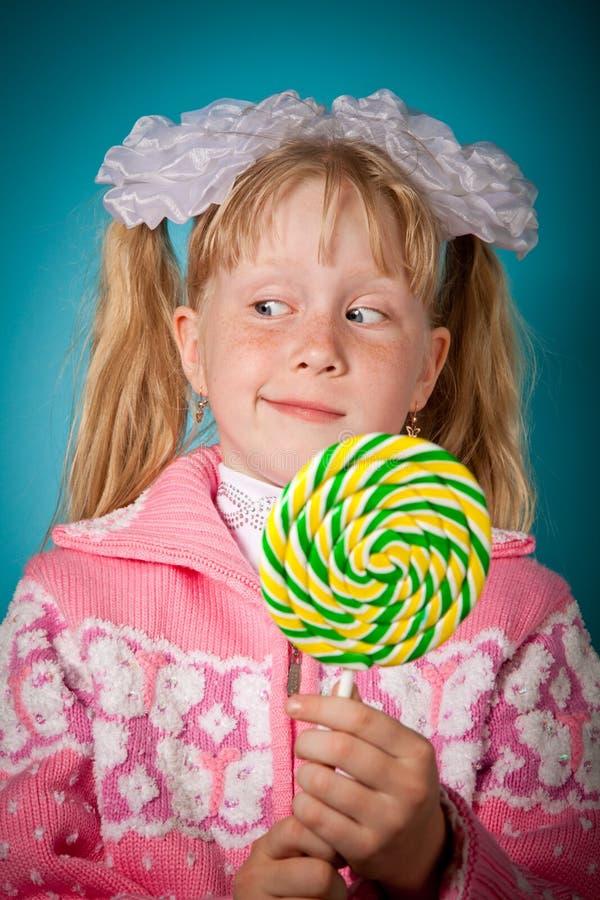 Menina Crafty com lollipop grande fotografia de stock
