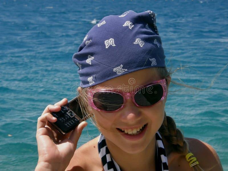 Menina (criança) com celular foto de stock