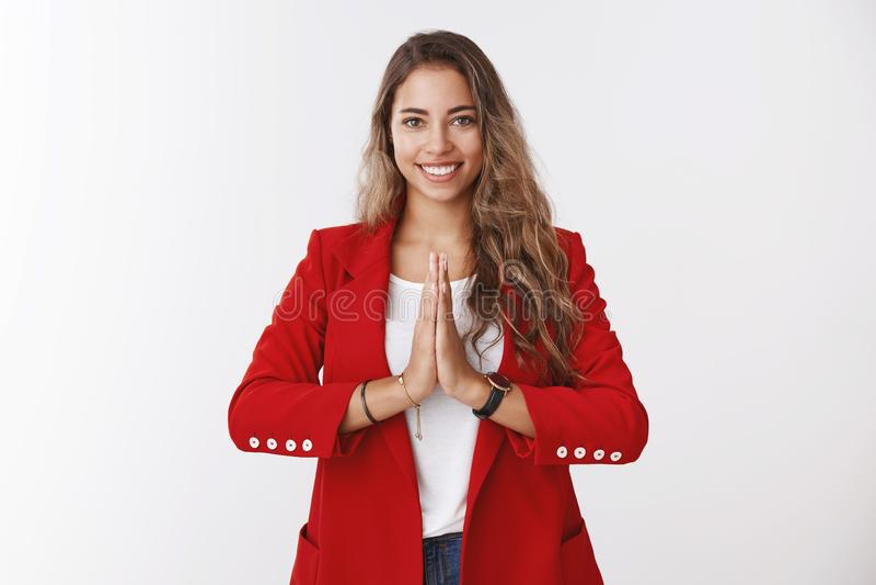 A menina cumprimenta-o maneira budista A mulher caucasiano encaracolado-de cabelo encantador atrativa de sorriso que guarda as pa fotos de stock royalty free