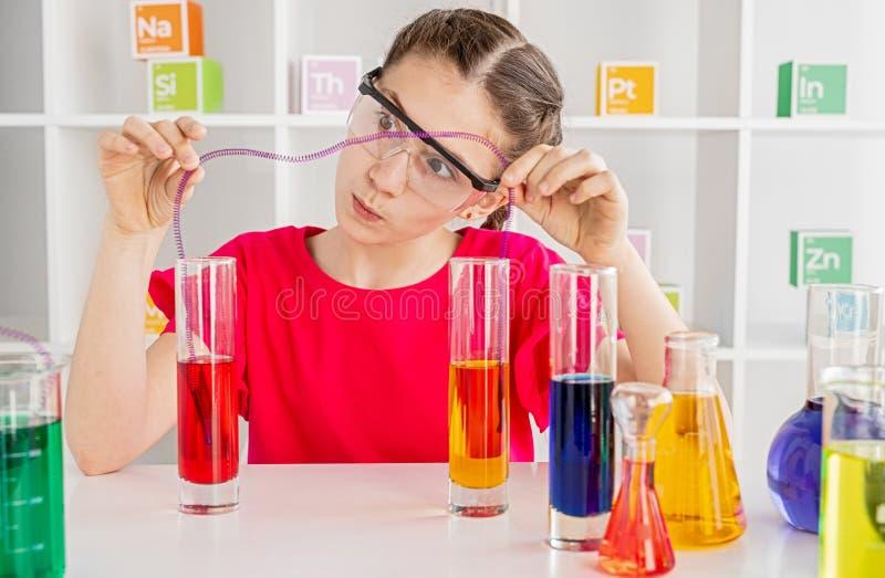 Menina curiosa estudando no laboratório foto de stock