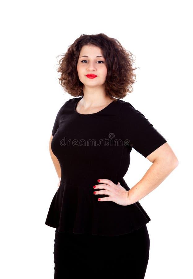 Menina curvy bonita com vestido preto e os bordos vermelhos fotos de stock