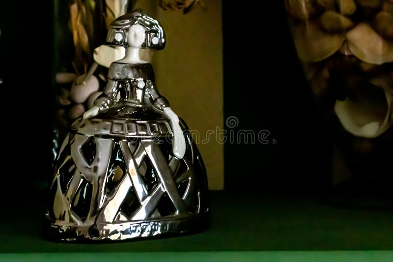 Menina d'argento sullo scaffale di legno verde fotografie stock libere da diritti