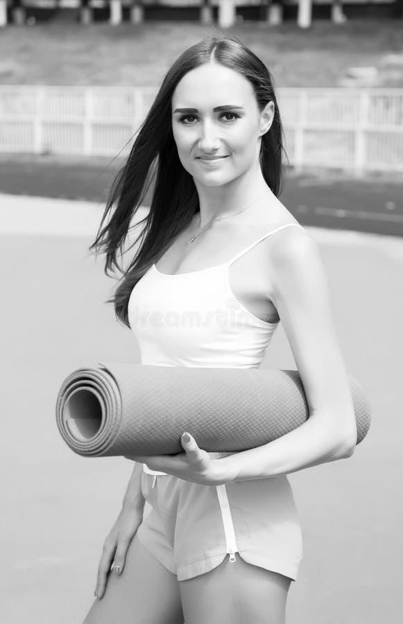 Menina da aptidão com esteira da ioga imagens de stock