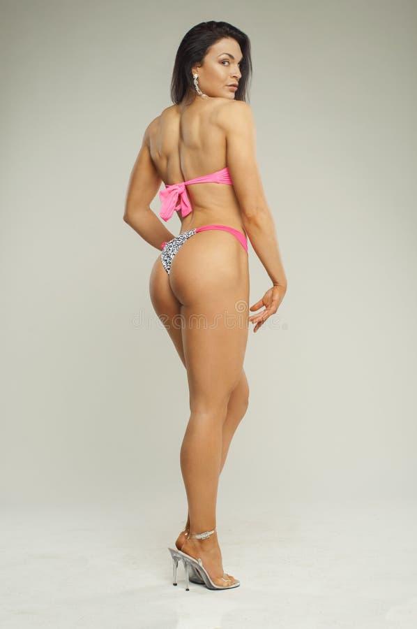 Menina da aptidão com músculos traseiros bonitos imagem de stock royalty free