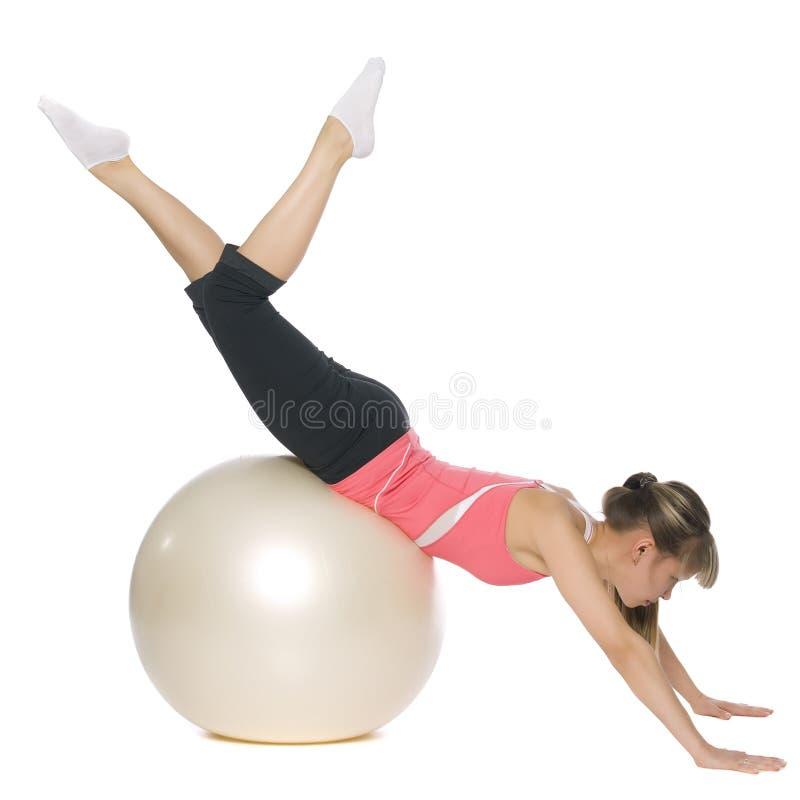 Menina da aptidão que faz pilates com uma esfera fotografia de stock