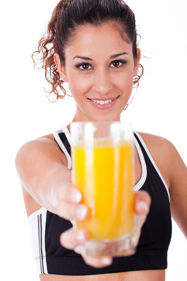 Menina da aptidão que mostra um suco fresco, foco na menina fotos de stock royalty free