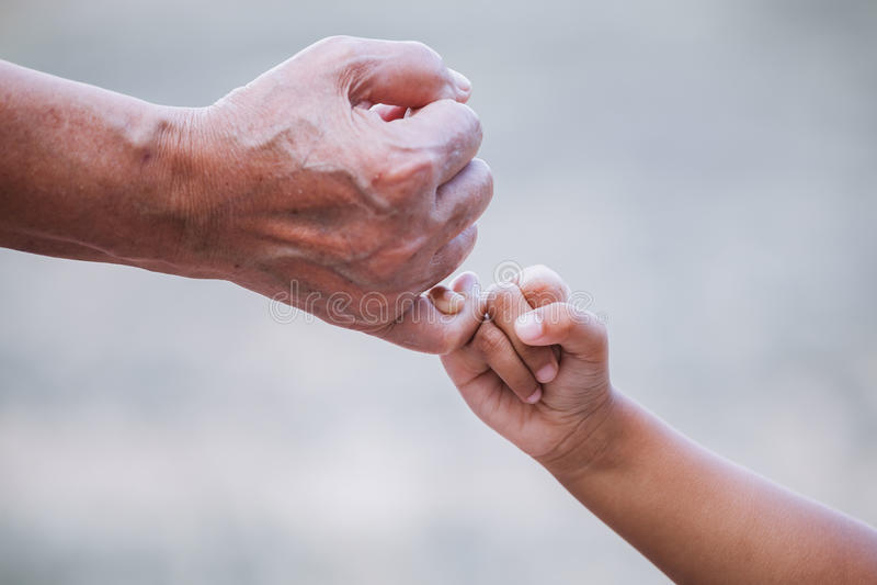 Menina da avó e da criança que faz uma promessa do dedo mínimo imagens de stock royalty free