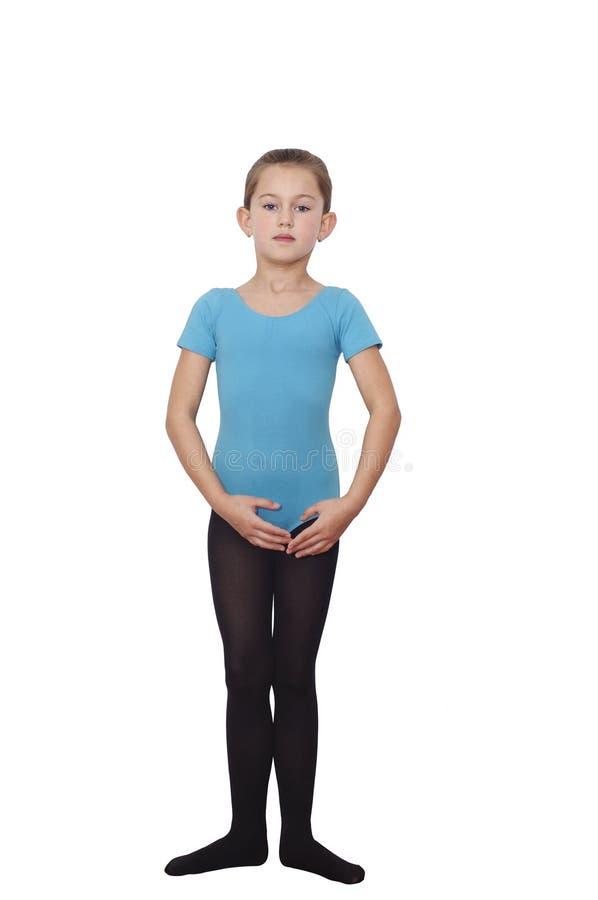 Menina da bailarina 6 anos Bailarina bonita que pratica suas posições isoladas sobre o fundo branco foto de stock