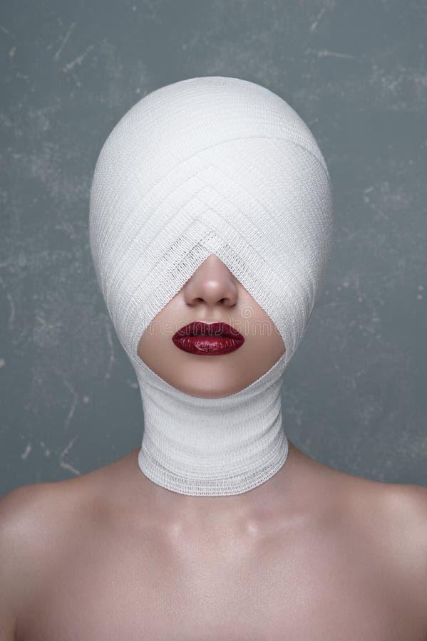 Menina da beleza com a atadura branca em sua cabeça fotos de stock royalty free