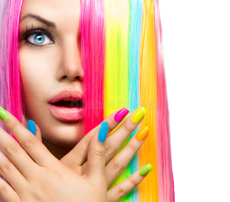 Menina da beleza com cabelo e verniz para as unhas coloridos fotografia de stock royalty free