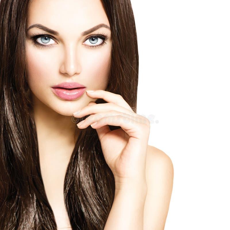 Menina da beleza com cabelo marrom saudável foto de stock royalty free
