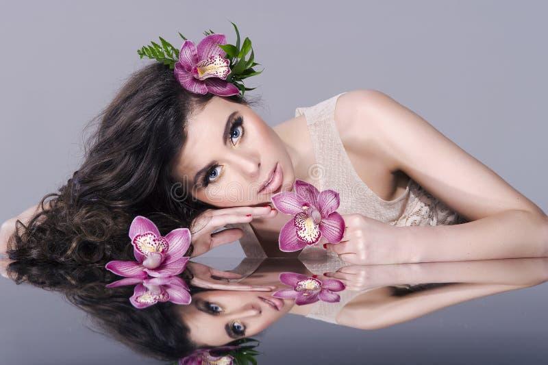 Menina 'sexy' da beleza com flores fotos de stock