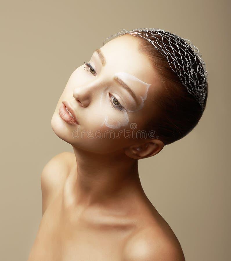 Menina da beleza com Faceart. Modelo de fôrma com composição de bronze criativa imagem de stock royalty free