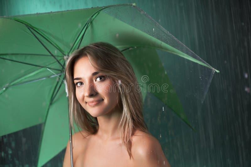 Menina da beleza com guarda-chuva imagem de stock