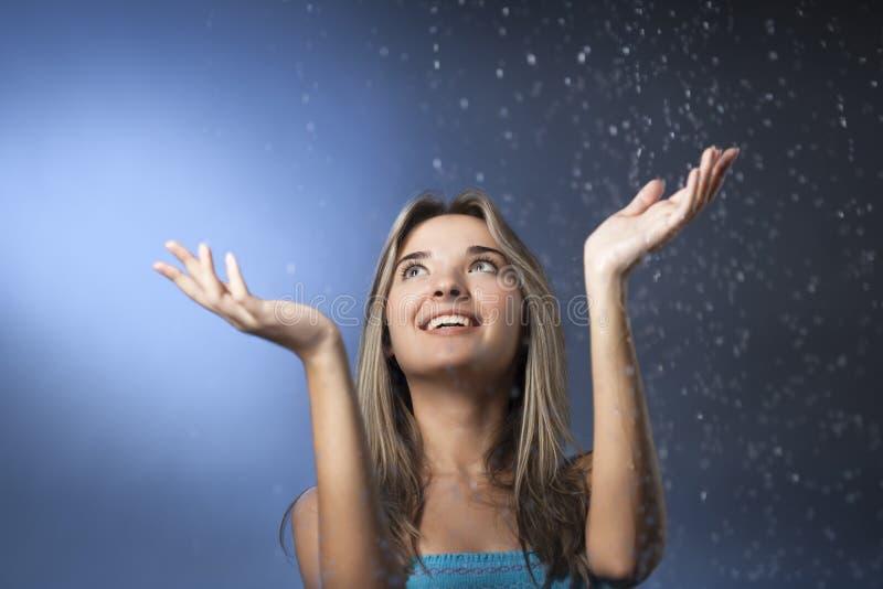Menina da beleza com pingos de chuva fotos de stock royalty free