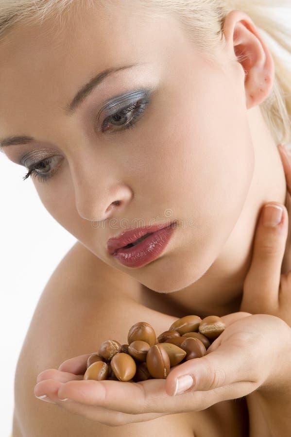Menina da beleza com semente do argão imagens de stock