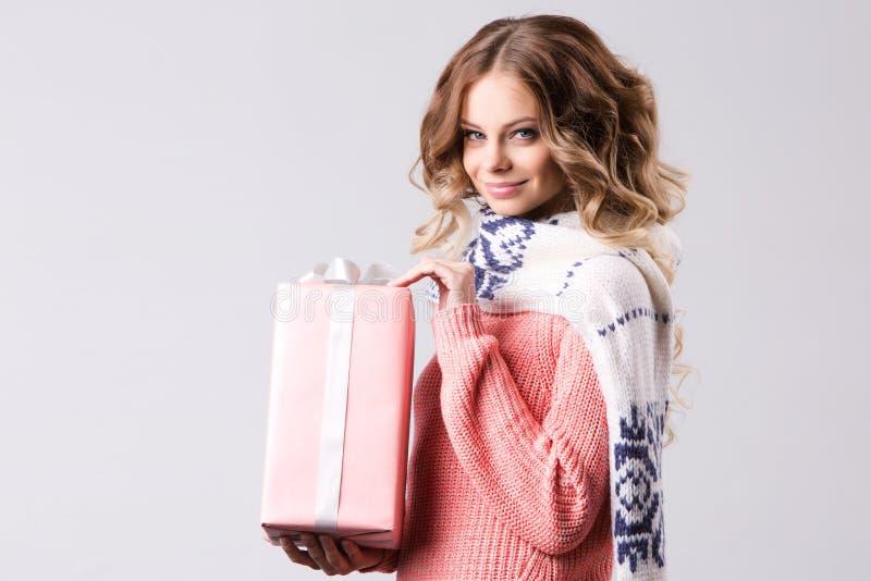 Menina da beleza com uma caixa de presente cor-de-rosa imagens de stock