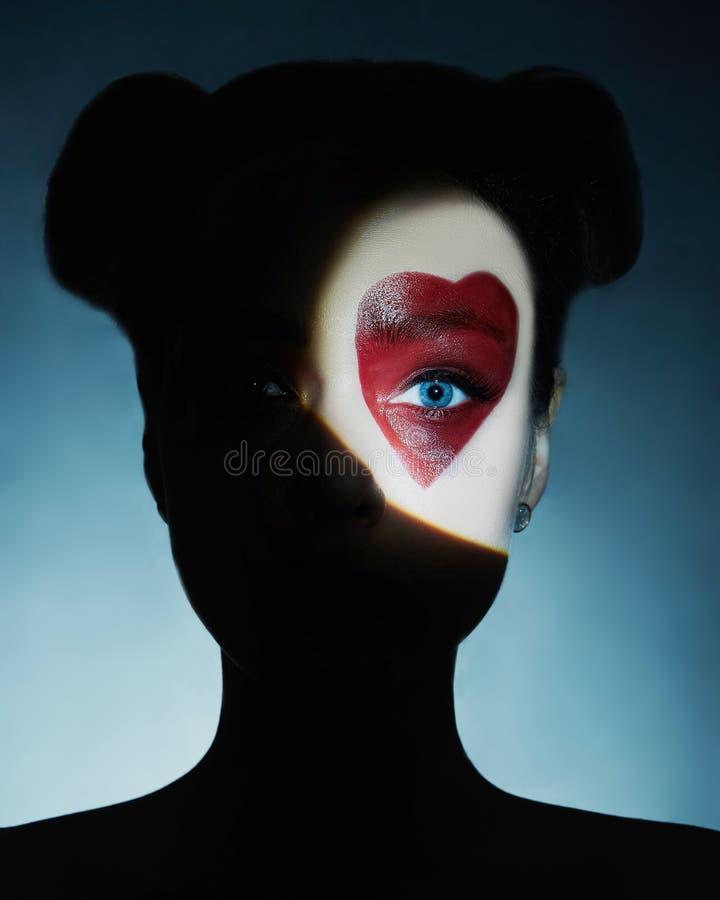 Menina da beleza, coração pintado na cara fotos de stock