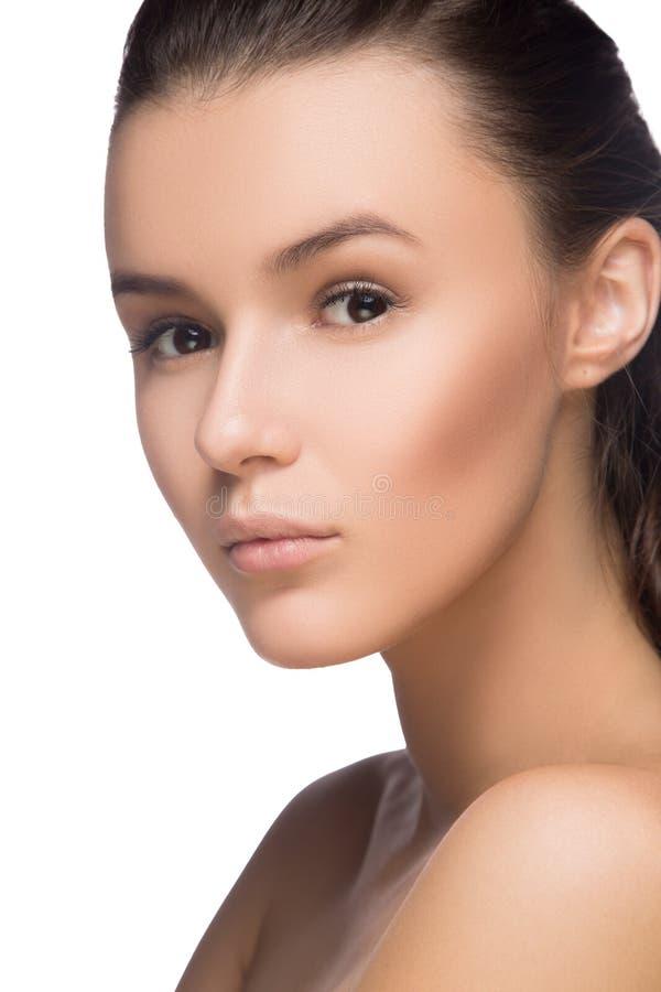Menina da beleza Jovem mulher bonita com pele limpa fresca, cara bonita Beleza natural pura Pele perfeita Isolado em um B branco foto de stock royalty free