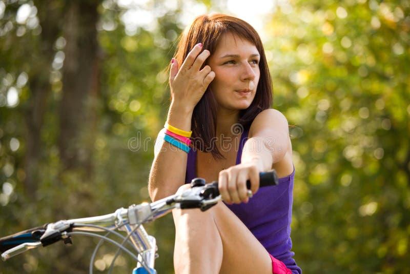 Menina da beleza na bicicleta no dia de verão imagem de stock royalty free
