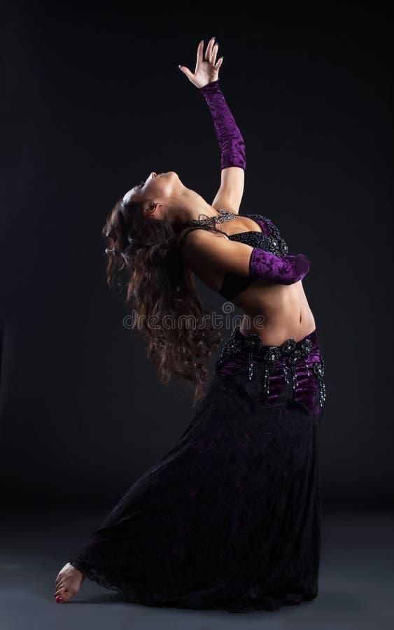 Menina da beleza na dança árabe oriental do traje fotos de stock